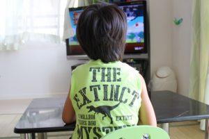 テレビを夢中で見ている子供